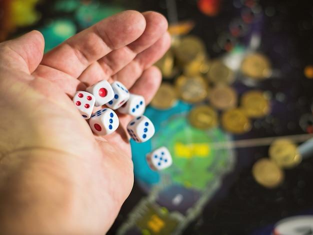 El hombre tira seis dados en el tablero de juego