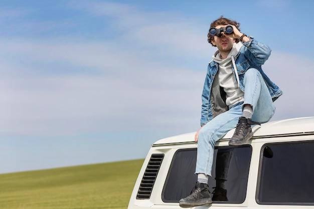 Hombre de tiro completo con binoculares