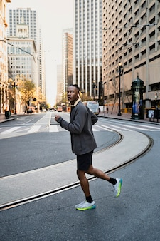 Hombre de tiro completo para correr al aire libre