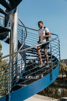 Hombre de tiro completo corriendo en las escaleras