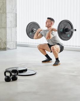 Hombre de tiro completo entrenando con pesas