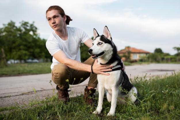 Hombre de tiro completo con husky