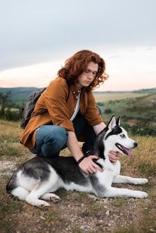 Hombre de tiro completo y lindo perro
