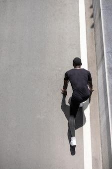 Hombre de tiro completo listo para correr