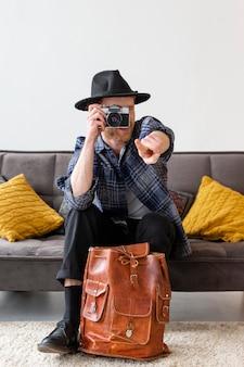 Hombre de tiro completo tomando fotos en interiores