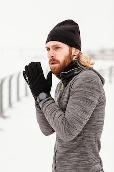 Hombre de tiro medio al aire libre en invierno