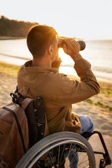 Hombre de tiro medio con binoculares