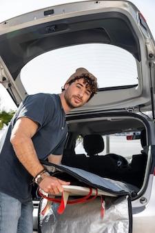 Hombre de tiro medio cerca de camión de coche