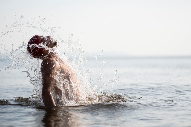 Hombre de tiro medio chapoteando fuera del agua