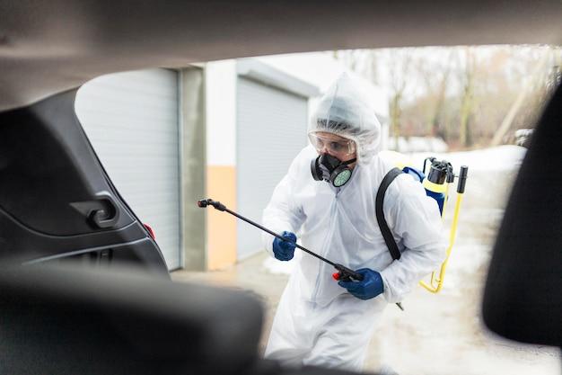Hombre de tiro medio con desinfectante