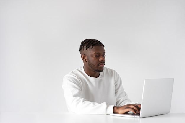 Hombre de tiro medio escribiendo