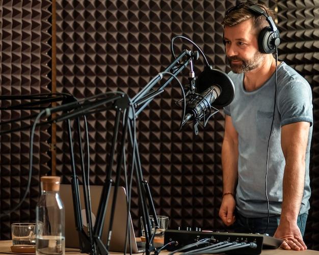 Hombre de tiro medio en la estación de radio
