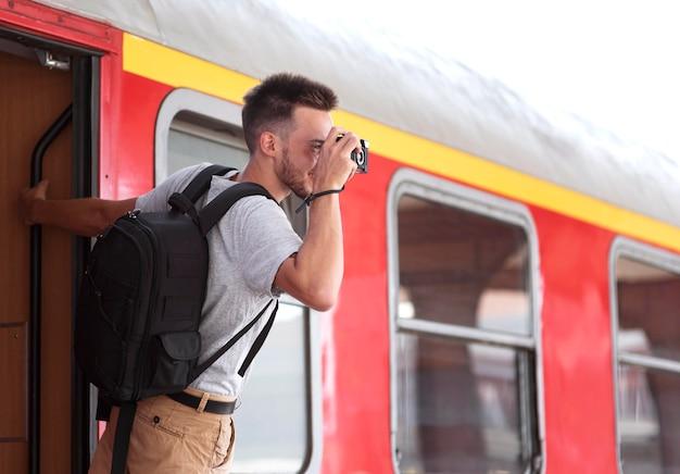 Hombre de tiro medio en la estación de tren