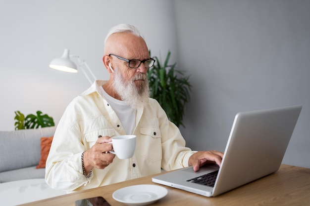 Hombre de tiro medio estudiando con portátil