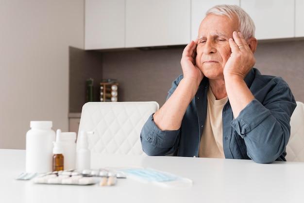 Hombre de tiro medio experimentando dolor de cabeza
