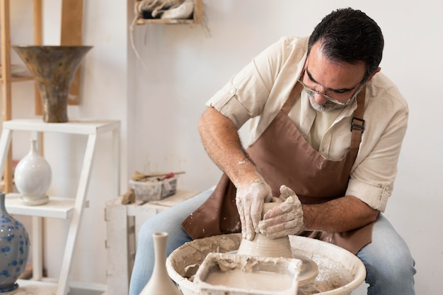 Hombre de tiro medio haciendo cerámica