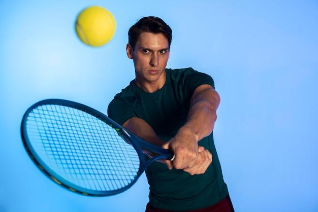 Hombre de tiro medio jugando al tenis
