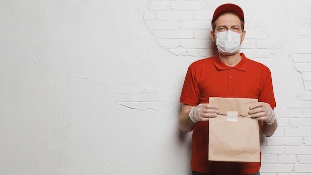 Hombre de tiro medio sosteniendo una bolsa de papel