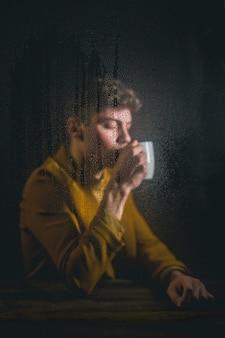 Hombre de tiro medio con taza