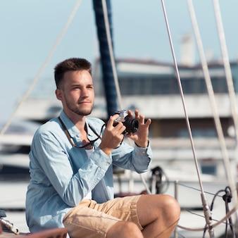 Hombre de tiro medio tomando fotos