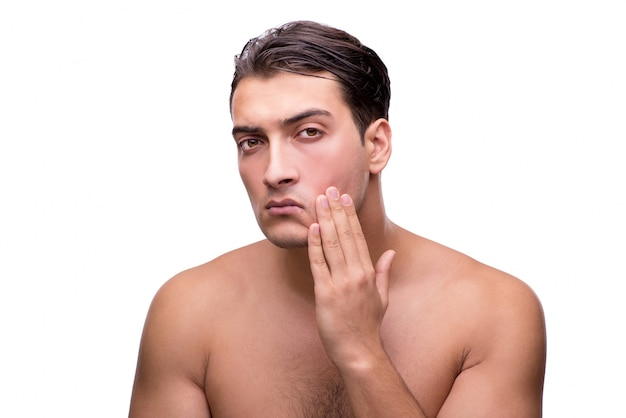 Hombre tiyng después de afeitarse aislado en blanco