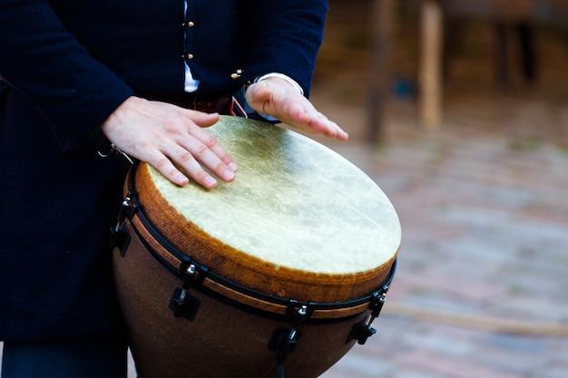 El hombre toca el tambor. de cerca