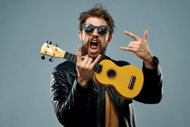 El hombre toca el ukelele, guitarrista