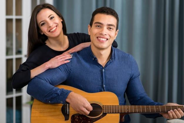 Hombre tocando una canción para su novia en el día de san valentín