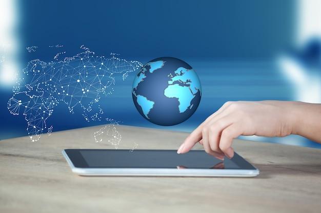 Hombre tocando en globo en la pantalla de la tableta