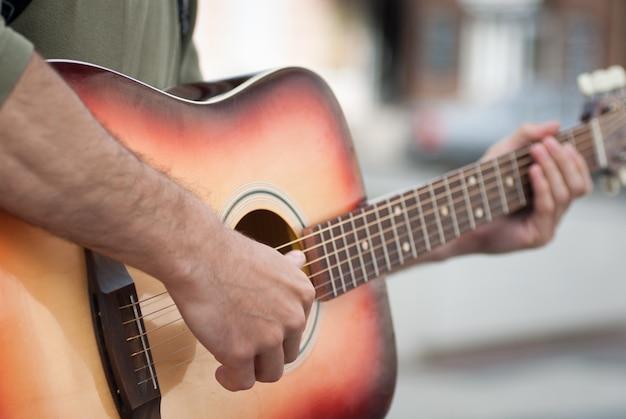 Hombre tocando una guitarra acústica