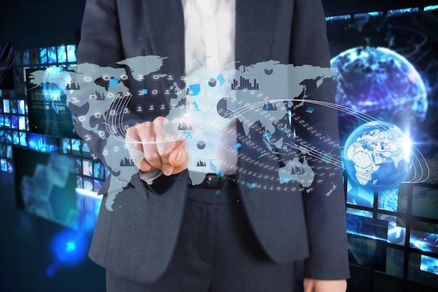 Hombre tocando mapa en realidad virtual