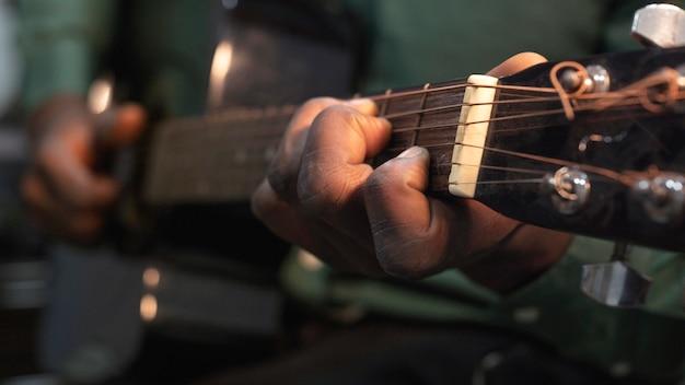 Hombre tocando música en el día internacional del jazz