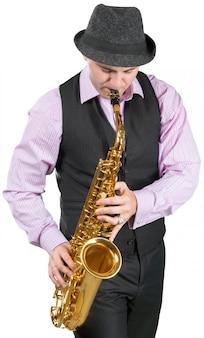 Hombre tocando un saxofón