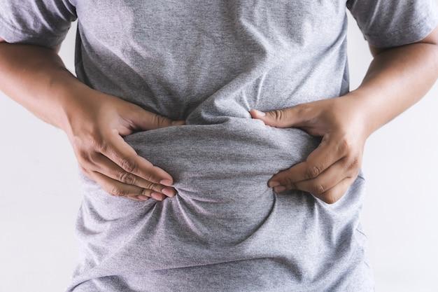 Hombre tocando su vientre gordo regordete