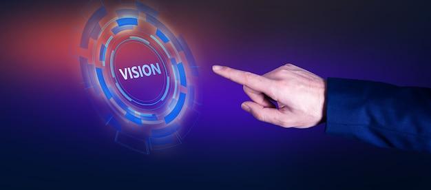 Hombre tocando el texto de la visión en la pantalla