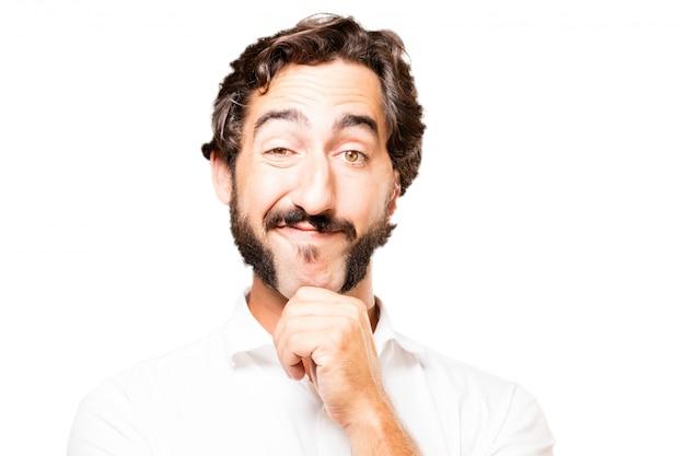 Hombre tocándose la barbilla con una mano