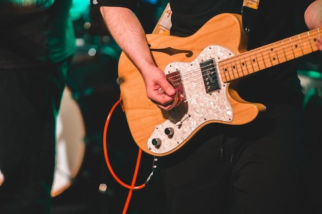 Hombre, tocar la guitarra eléctrica