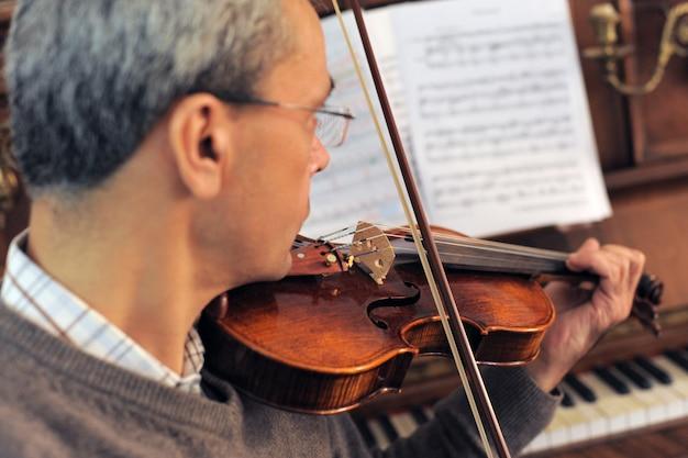 Hombre, tocar el violín
