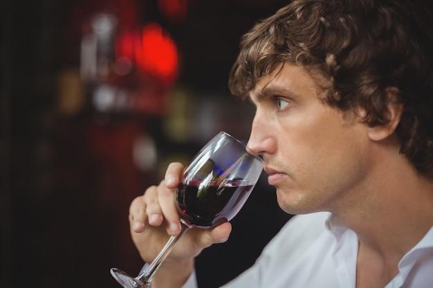 Hombre tomando una copa de vino tinto