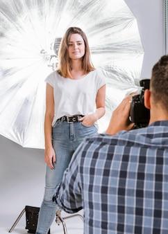 Hombre tomando una foto de una mujer modelo