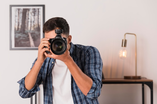 Hombre tomando una foto con su cámara