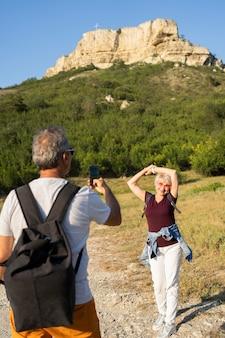 Hombre tomando fotos de mujer