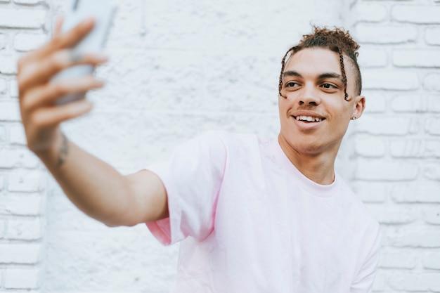 Hombre tomando un selfie en el centro