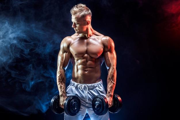 Hombre en topless ejercicio de bíceps con pesas en