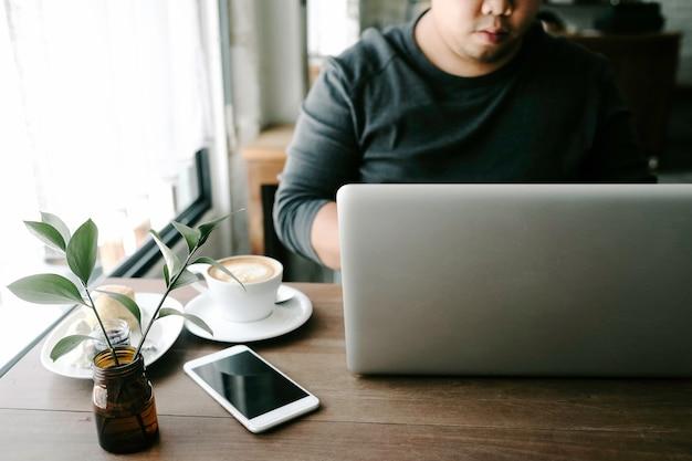 El hombre trabaja en la cafetería