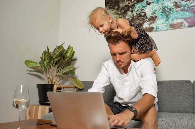 El hombre trabaja en casa. foto de alta calidad