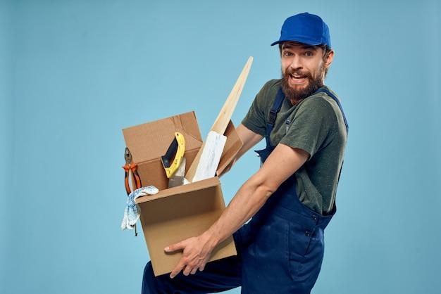 Hombre trabajador en caja uniforme herramientas construcción azul