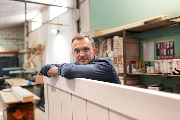 Hombre trabajador haciendo su trabajo en una carpintería