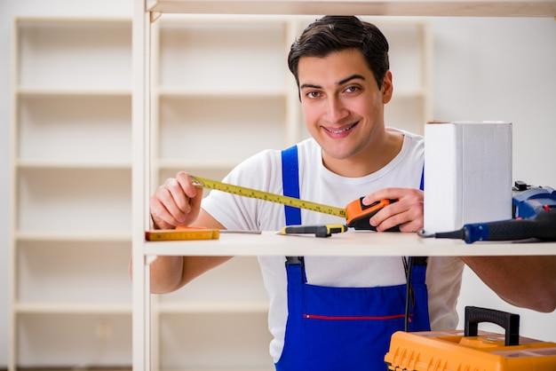 Hombre trabajador reparando montaje estantería