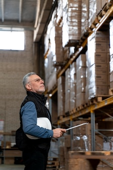 Hombre trabajando en almacén